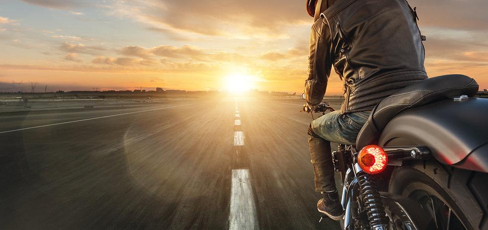 バイクで走る人