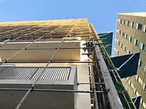 外壁工事中のビル