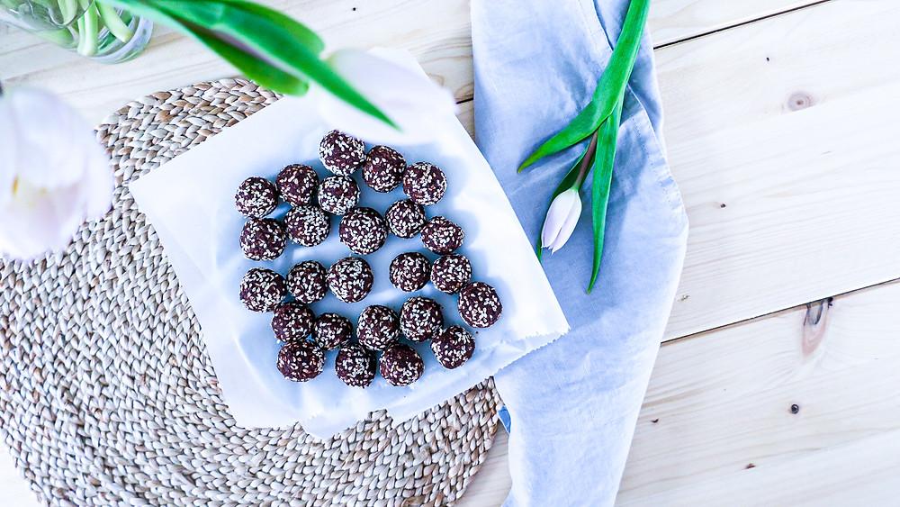 Gesunde Nutella Energy Balls - Menstruations Phase Weiblichkeitsserie #weiblichkeit #energy #balls #healthy #hormones #cycle #recipe #menstrual #gesund #frauengesundheit #schnell #easy #abnehmen #weightloss #lowcalories #vegan #zyklus #frauen #nutella