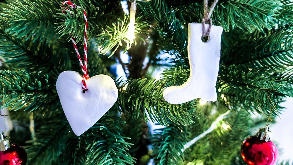 Schneeweißer Weihnachtsbaumschmuck DIY - Natronteig #weihnachten #diy #natron #anhänger #weihnachtsbaumschmuck #weihnachtsbaum #schneeweiß #easy #einfach #leichtesDIY #DIY