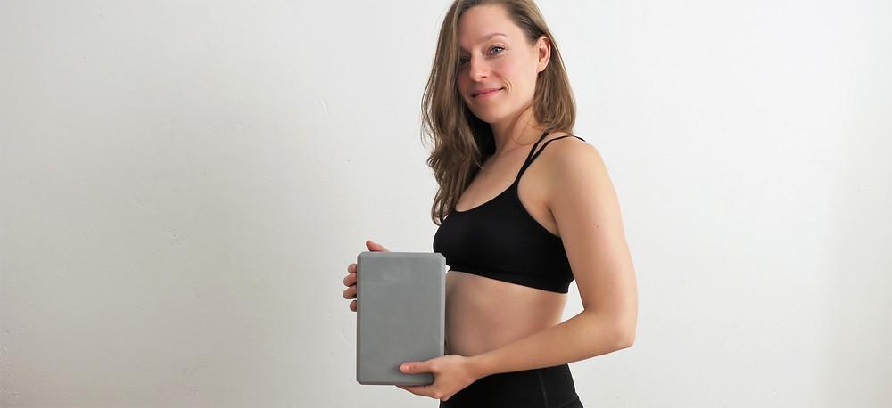 Der Yoga Block als Hilfsmittel Verspannungen im Schulter- und Rückenbereich zu lösen
