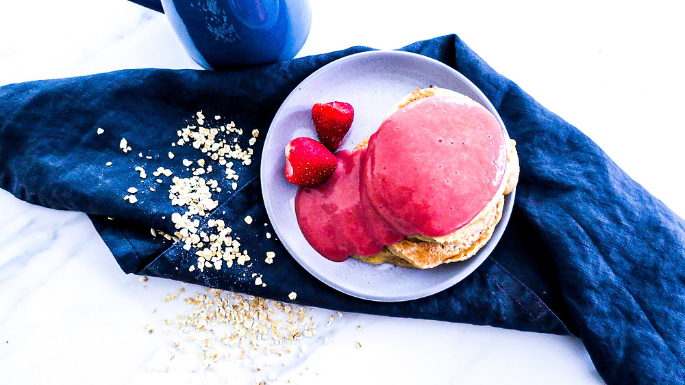 Vegane Pancakes mit super gesundes heißer Erdbeersoße #vegan #rezept #gesund #healthy #einfach #recipe #easy #kalorienarm #pancakes #erdbeersoße #soße #frühstück #breakfast