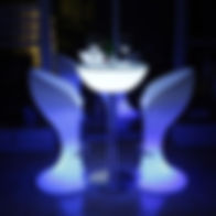 Tables et assises hautes lumineux sur batterie