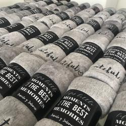 Frazadas grises bordadas con cinto