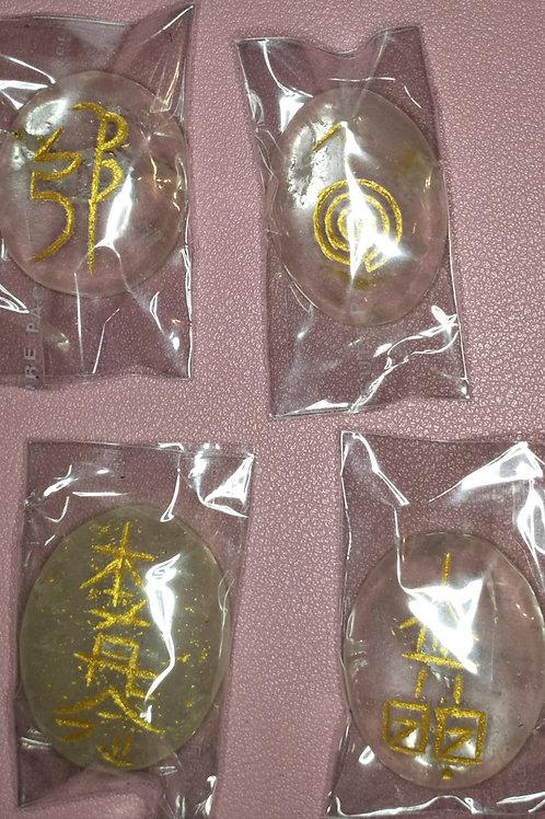Un set de 4 pierres symbole Reiki avec la pochette