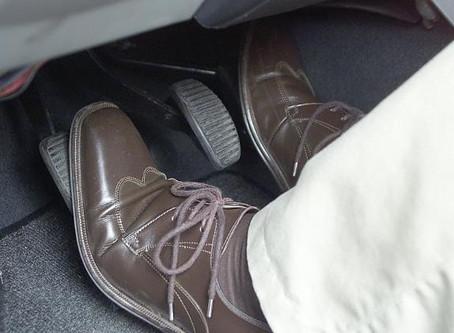 danifica o carro Manter o pé no pedal de embreagem?