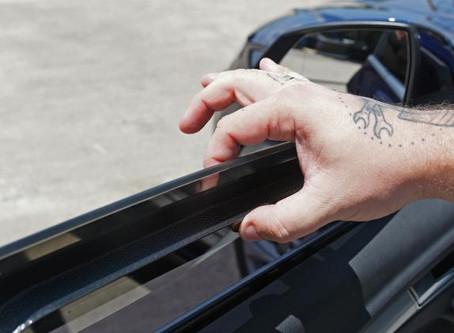 Não se deve andar com vidros abertos em carros blindados