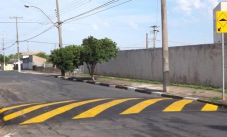 Atravessar lombadas ou valetas na diagonal danifica a carroceria?