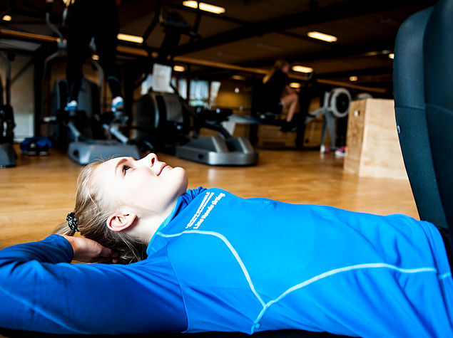 Udstrækning efter en omgang fitness på Levring Efterskole
