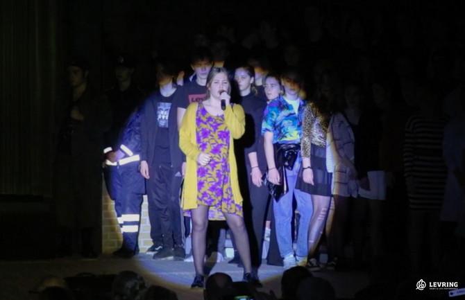 Efterskoleelever spiller og synger til Sankthansaften i Levring