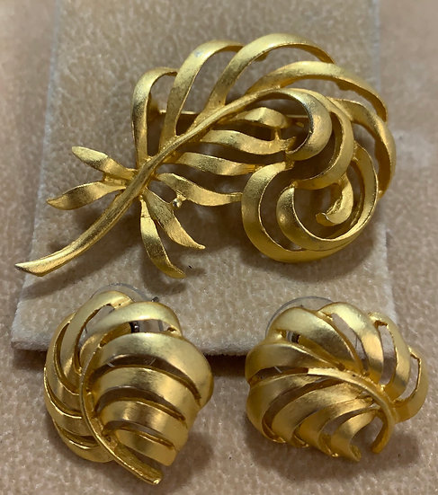 Vintage unbranded Brushed Gold Tone Feather Brooch/Pin & Earrings Set