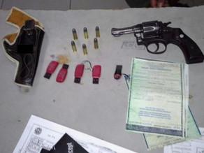 Polícia impede furto de veículo e apreende arma em Triunfo