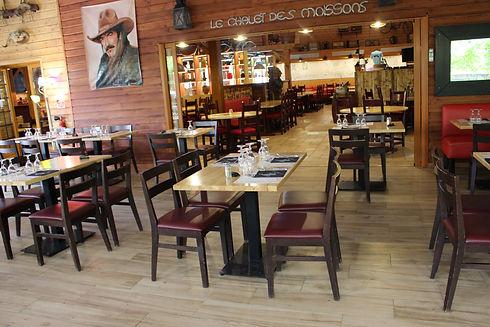 Grande salle de restaurant.