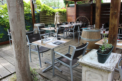 Terrasse ombragée du restaurant.