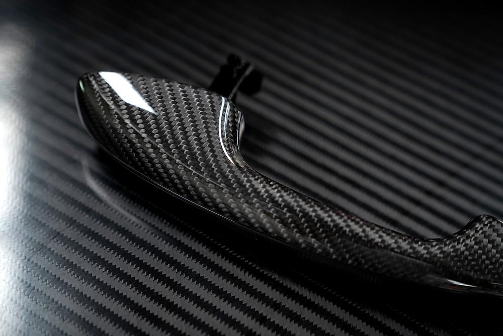ผ้าคาร์บอนไฟเบอร์ Italy ลาย 2x2 Twill Weave ที่ผ่านกระบวนการ Vacuum Infusion ในมือจับประตูของ Mercedes-Benz