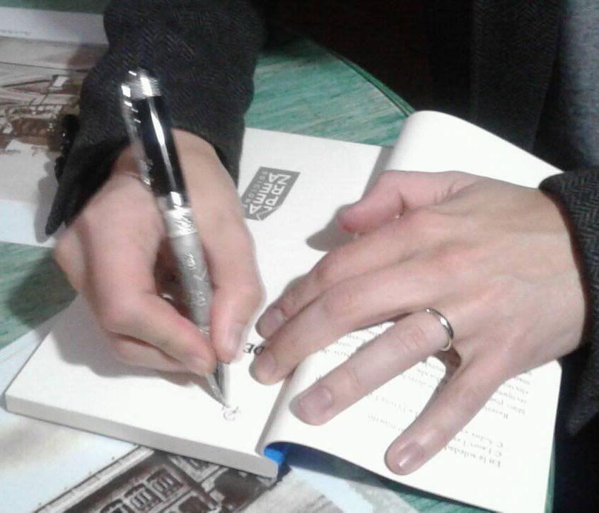 El autor firma ejemplares