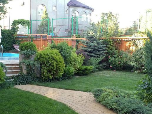 Уютный сад с бассейном