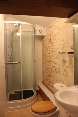 2018 La Puit shower room
