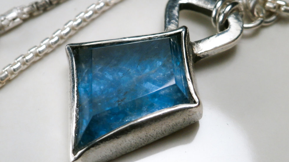 Blue Apatite Necklace - Hammered Finish Silver 925 °