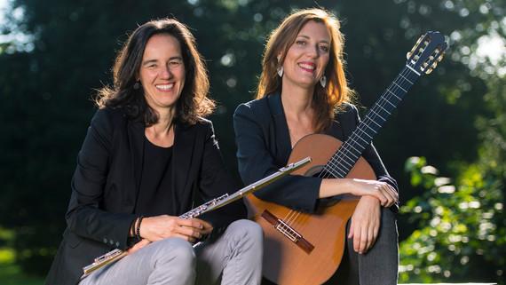 Anne-Sophie und Judith mit Instrumenten