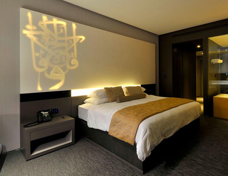 Projeto de Iluminação com Superfície Sólida Acrílica Durasein em cabeceira de cama