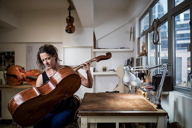 Celine Garnier, luthier restaurateur à Chichilianne -  Violons, alti, cellos, basses - restauration d'art, maintenance, réglage / The Violin Workshop Ltd, HK