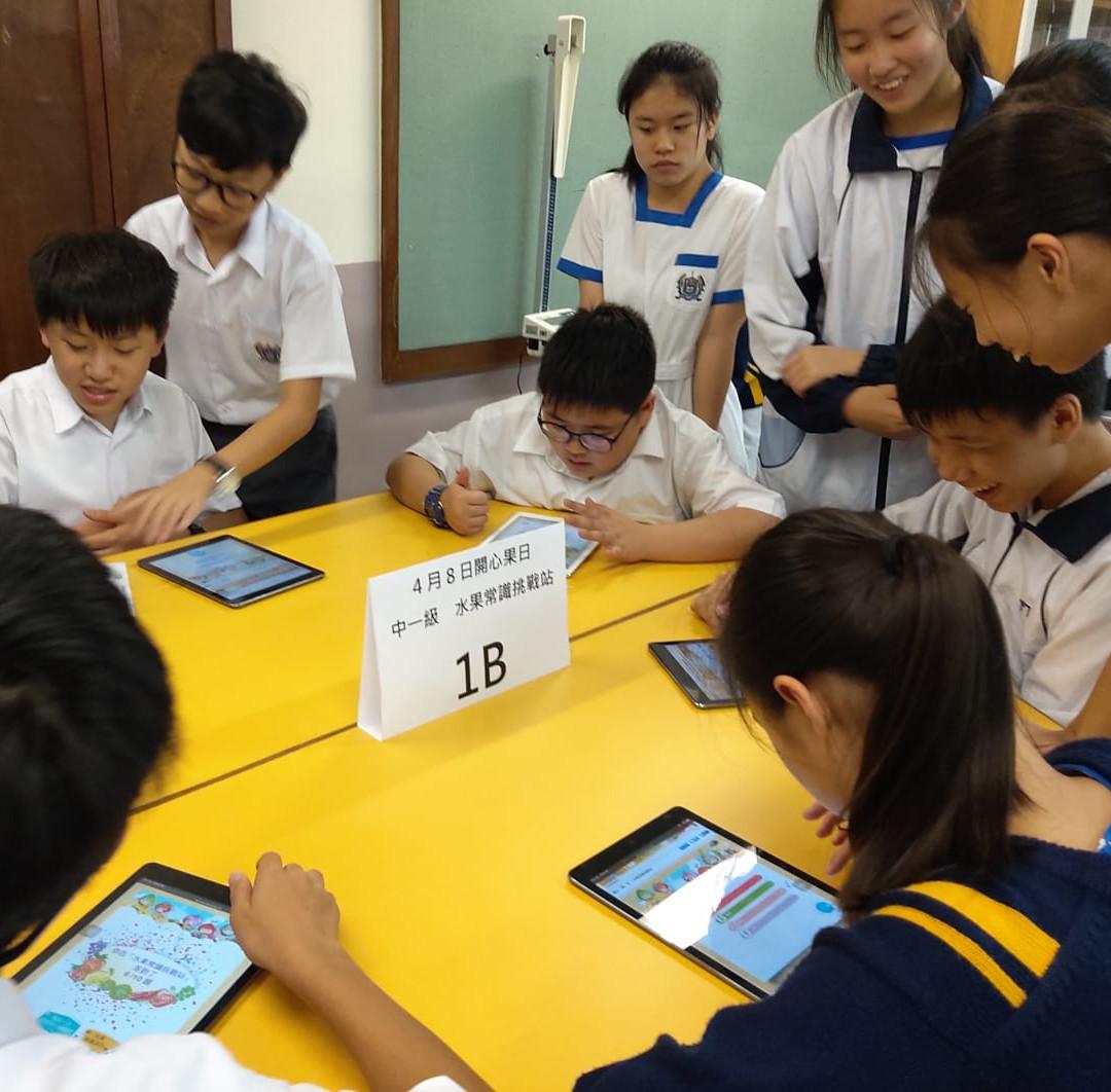 中一同學於健康教育中心完成水果常識挑戰站活動