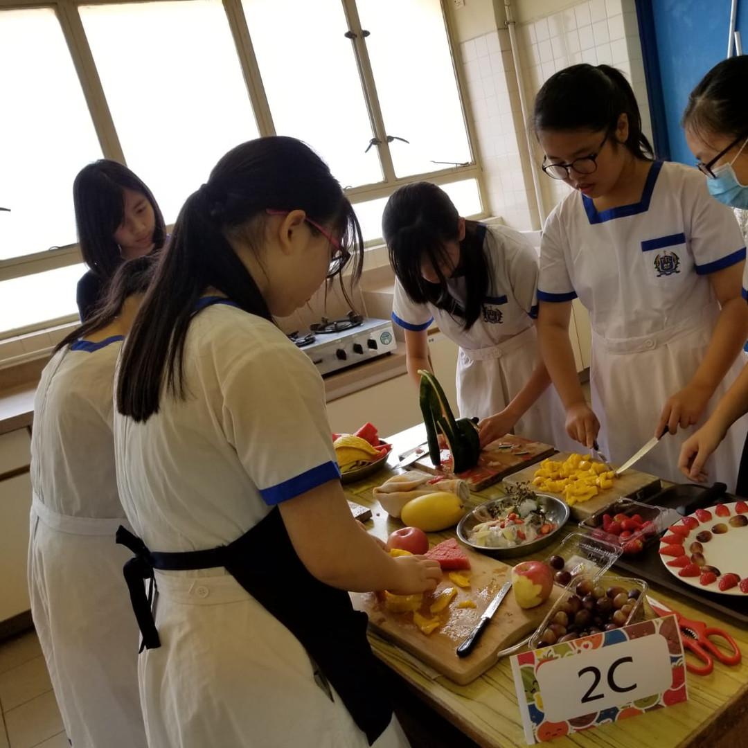 中二級同學於開心果日進行水果拼盤比賽