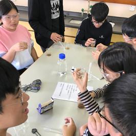 林村河考察-同學利用試劑量度河水的非生物因素