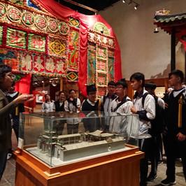 參觀香港文化博物館-同學正專心聆聽有關粵劇文化的講解