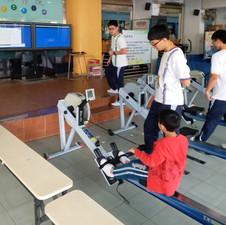我們的同學在教授使用體適能中心的器材