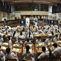 中一級同學於禮堂進行午餐