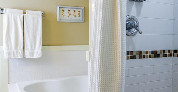 ARLINGTON GUEST ROOM BATHROOM _INN AT WEATHERSFIELD.jpg
