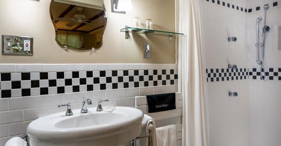 LINCOLN GUEST BATHROOM _INN AT WEATHERSFIELD.jpg