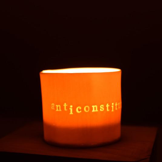 Photophore en porcelaine avec citation en creux. Translucide alors une bougie chauffe-plat dedans.