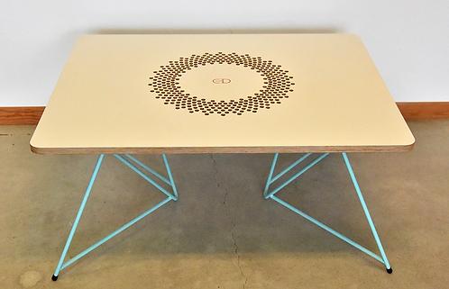 Table basse avec motif en relief