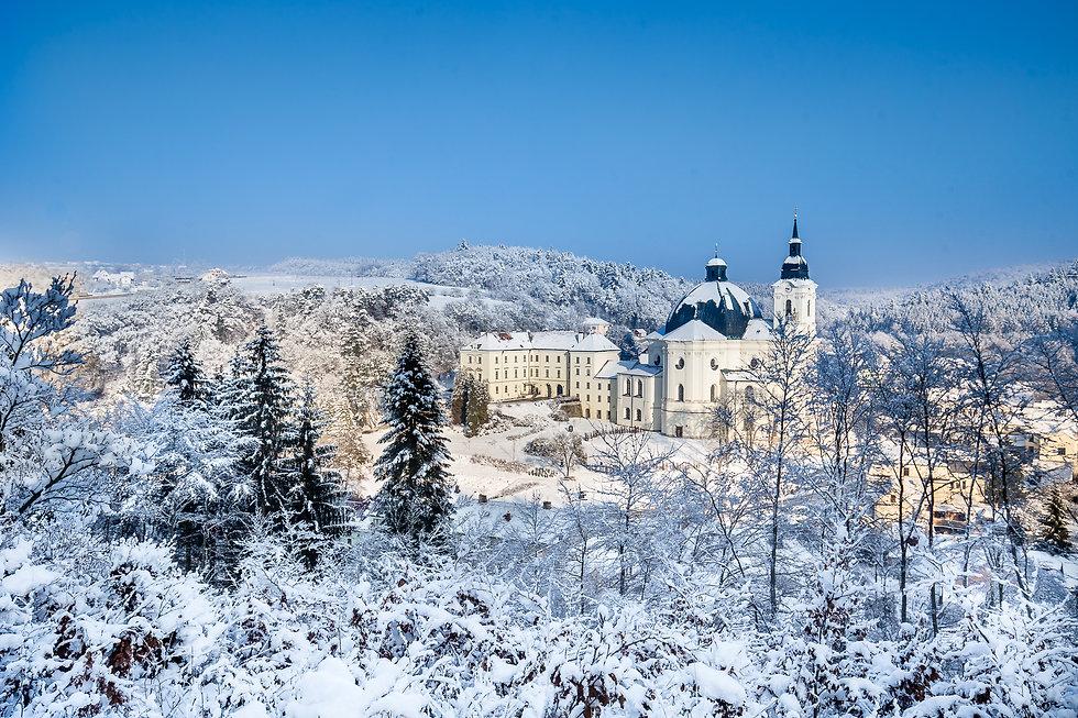 12 Městys Křtiny v zimě.jpg