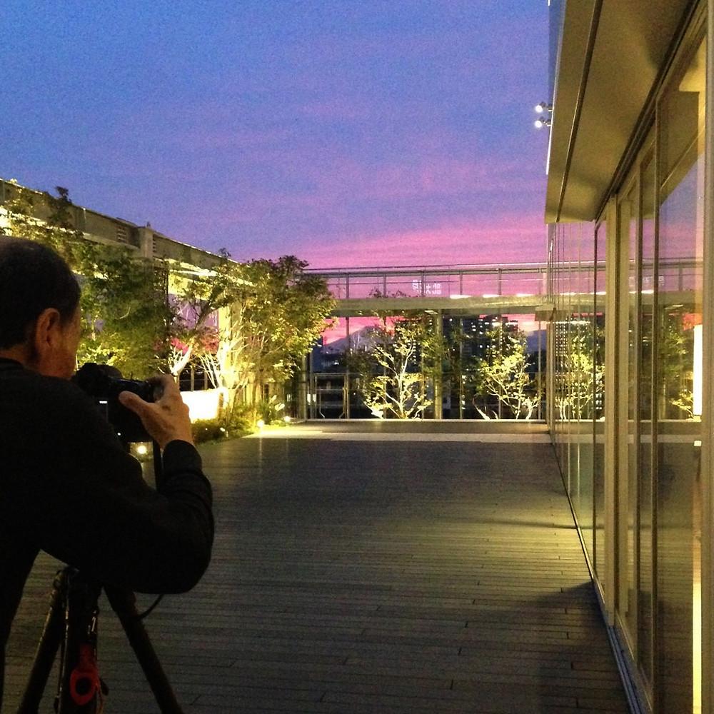 光のソムリエ第65回「照明写真家」メイン画像ー照明現場を撮影する金子俊夫さん