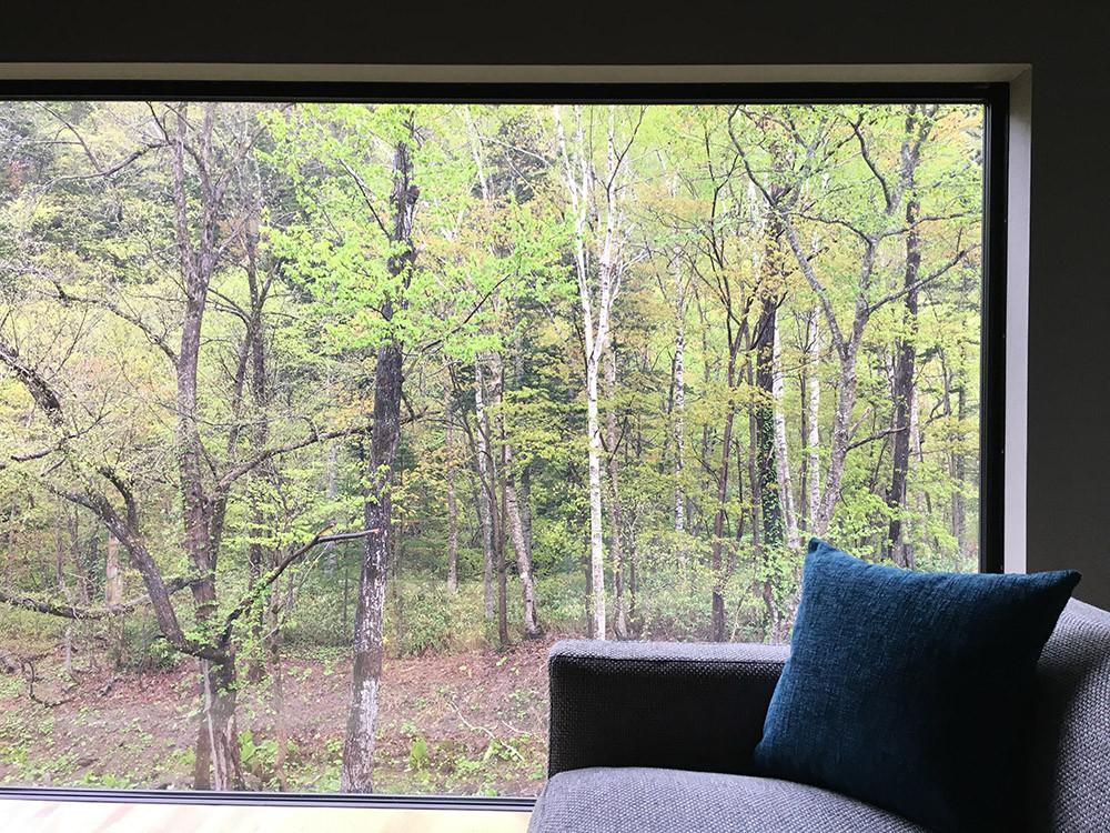 奥定山渓温泉 佳松御苑 昼間の客室の窓辺