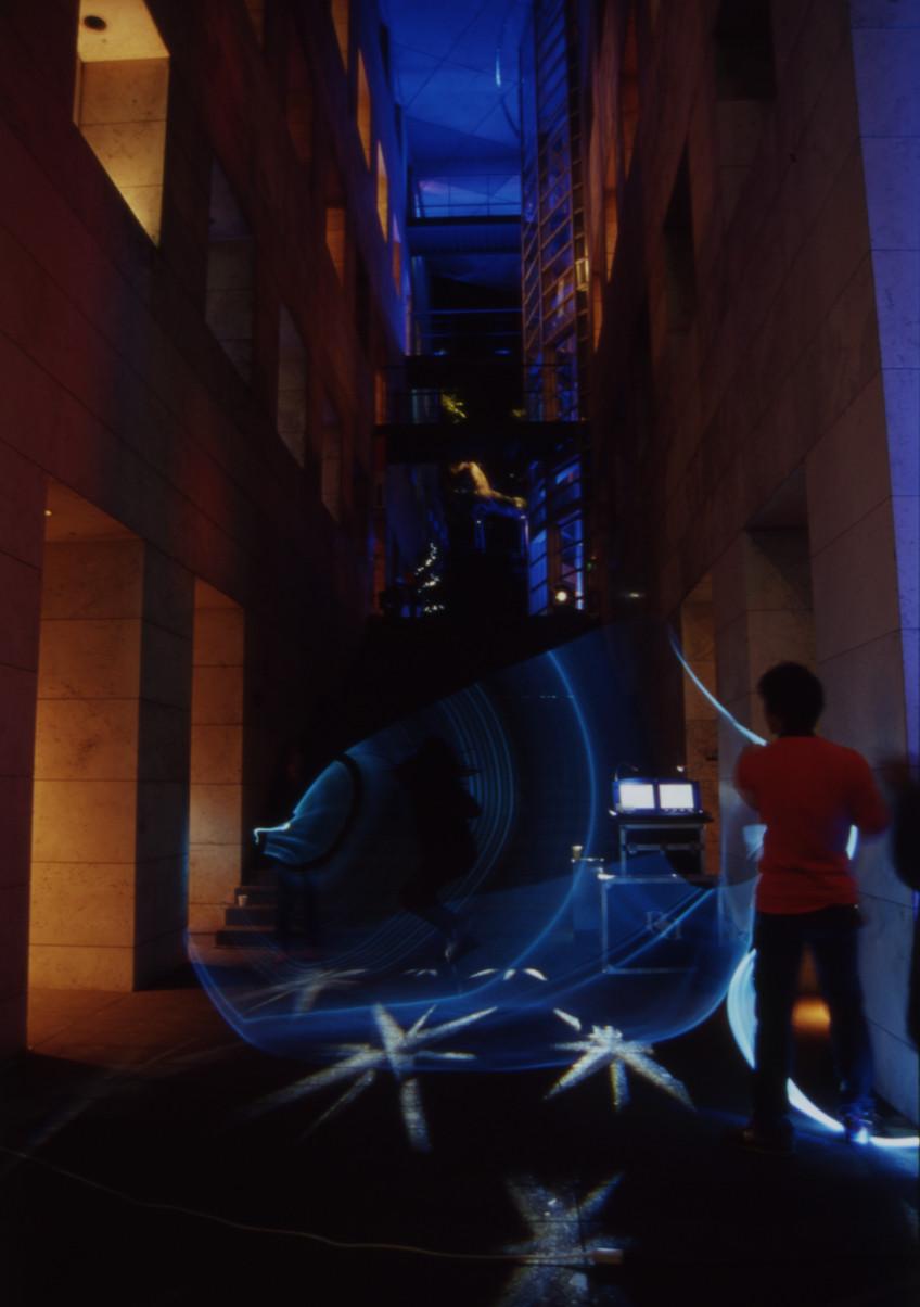 東京デザインセンター・大階段前広場で行った光の大縄跳び
