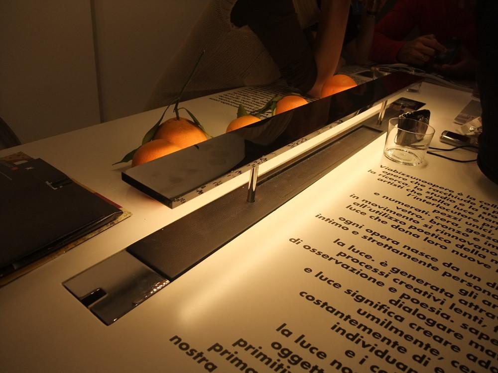 こちらは真ん中に飛び出るデスクライトが内蔵されたテーブル。
