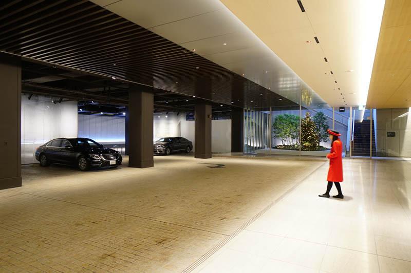 光のソムリエ第125回「あー水色の・・・」メイン画像-新宿三井ビルの車寄せ