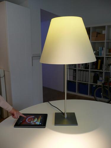 PHILIPSのスマート照明「hue」をスタンドに取り付けたところ