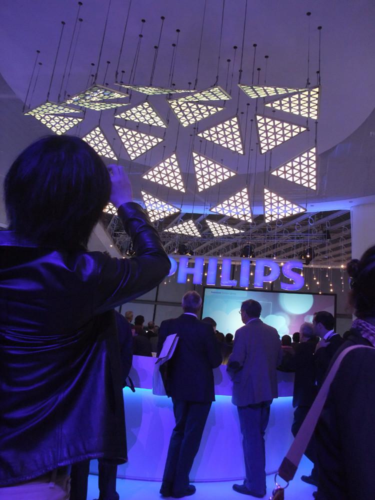 Philipsのブース。三角形の有機ELが天井からぶら下がっていて、光を発しながら有機ELパネルが波打つように動くという、大掛かりな演出でした。