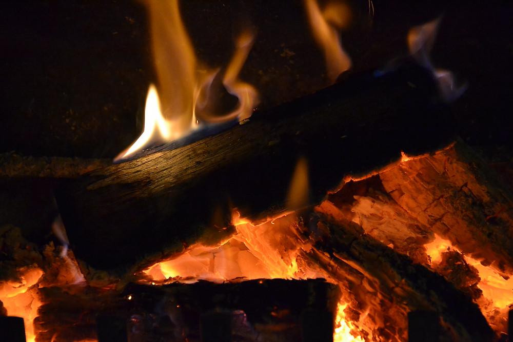 薪がオレンジ色の炎で燃える様子