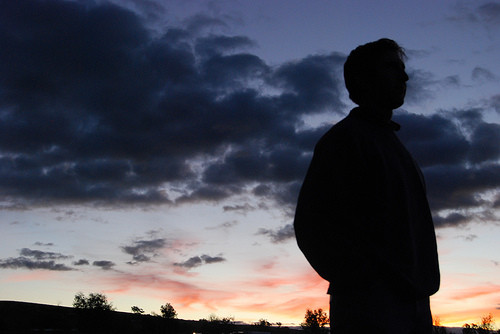 夕闇に黄昏れる人影
