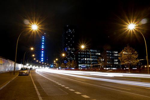 夜の高速道路街灯
