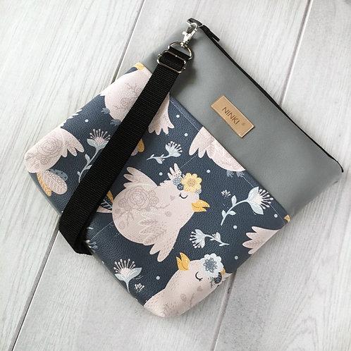 torebka dla dziewczynki ekoskóra (różowy ptak na granatowym tle)