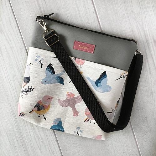 torebka dla dziewczynki ekoskóra (kolorowe ptaki na białym tle)