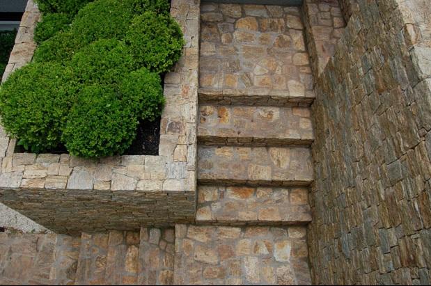 escada de pedra madeira